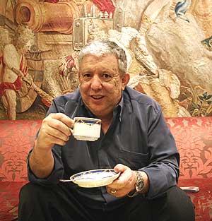 El agente inmobiliario Jesús Cerdán, tomando café. (Foto: JAVI MARTÍNEZ)