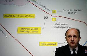 El vicealmirante británico Charles Style presenta las imágenes. (Foto: REUTERS)