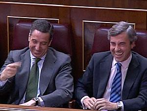 Zaplana y Acebes se ríen durante la sesión de control en el Congreso. (Foto: CNN+)