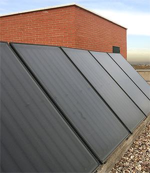 Las placas solares cubrirán las azoteas de los edificios. (Foto: C. Alba)