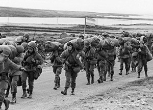 Soldados argentinos desembarcan en 1982. (Foto: AFP)