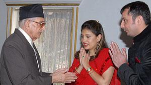 El primer ministro de Nepal Girija Prasad Koirala (i) da su bendición a los recién casados Devyani Rana y Aishwarya Singh. (Foto: EFE)