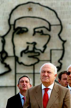 Miguel Ángel Moratinos, con la imagen del 'Che' de fondo, participa en una ofrenda floral, en la plaza de la Revolución. (Foto: EFE)