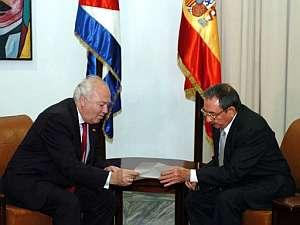 Moratinos entrega la carta del Rey a Raúl Castro. (Foto: EFE)