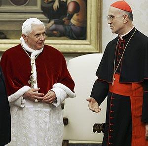 Benedicto XVI y Tarcisio Bertone. (Foto: AP)