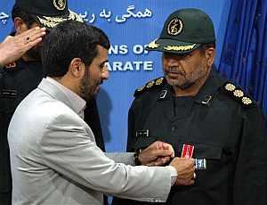 El presidente de Irán coloca una medalla a un comandante naval iraní por la detención de los británicos. (Foto: AP)
