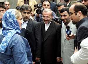 El presidente iraní saluda a la soldado británica Faye Turney. (Foto: AP)