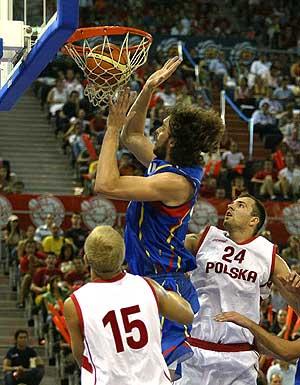 El jugador de la Selección Española, Pau Gasol, mete canasta ante los jugadores polacos. (Foto: K. Para)