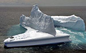 Un helicóptero aterriza en un iceberg de Dunedin (Nueva Zelanda). (Foto: AFP)