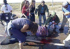 Carlos Fuentealba yace herido el miércoles, antes de su fallecimiento. (Foto: EFE)
