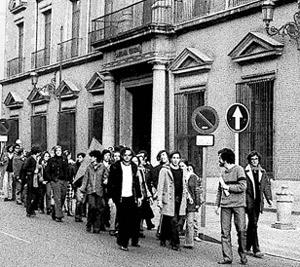 Militantes del PCE celebran, por la calle Bailén de Madrid, la legalización. (Foto: Diario 16)