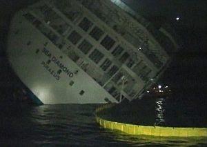 Imagen de televisión del hundimiento del crucero. (Foto: AP)