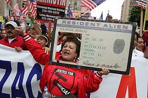 Una mujer marcha en Los Ángeles contra la política de inmigración. (Foto: AP)