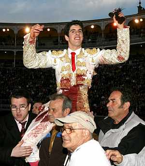 Talavante sale a hombros de Las Ventas tras cortar dos orejas. (Foto: EFE)
