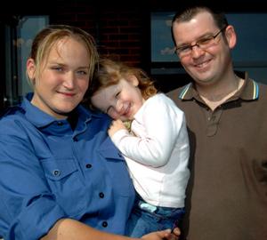 Faye Turney, con su esposo y su hija. (Foto: EFE)