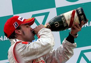 Alonso celebra su victoria. (Foto: EFE)