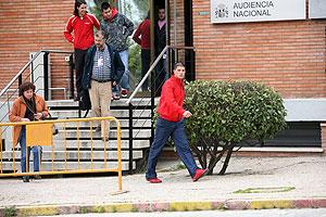 Varios de los procesados que están en libertad, en la puerta de la Audiencia Nacional en la Casa de Campo de Madrid. (Foto: Sergio González)