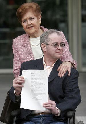 Julio Cuesta, junto a su madre, con el documento del registro civil. (Foto: Alberto Di Lolli)