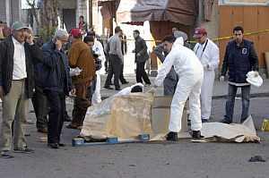 La policía científica investiga restos tras la segunda explosión. (Foto: AFP)