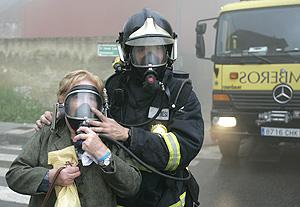 Un bombero atiende a una vecina en Ciaño. (Foto: Alonso González) Más imágenes.