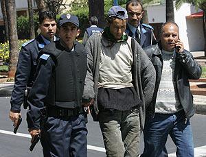 La policía marroquí en el arresto de un hombre este sábado en Casablanca. (Foto: AFP)