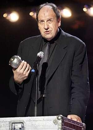 Josep María Pou agradece uno de los premios por la obra 'La cabra o qui es Sylvia' . (Foto: EFE)