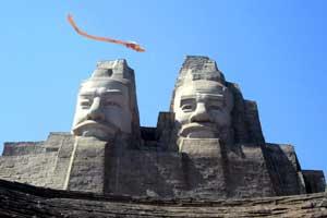 La estatua de los emperadores Huangdi y Yandi. (Foto: EFE)