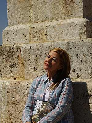 María Teresa Álvarez, junto al momumento a los comuneros en Villalar. (Foto: E. M.)