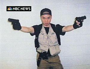 Una impactante imagen de Cho publicada por la NBC. (Foto: AP)