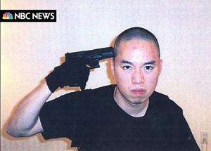 El asesino simula un gesto de suicidio. (Foto: AP)
