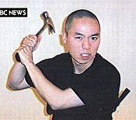 Cho amenaza a la cámara con un martillo. (Foto: AP)