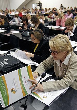 Una mujer hojea el dossier de presentación del congreso internacional. (Foto: EFE)