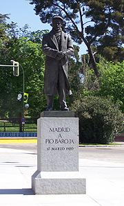 La estatua de Pío Baroja, ahora en la cuesta de Moyano desde el parque del Retiro. (Azucena S. Mancebo)