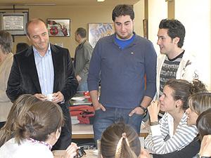 Miguel Sebastián charla con alumnos en la cafetería. (Foto: miguelsebastian.es)