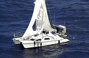 Fotografía del yate encontrado a la deriva a unos 160 kilómetros al este de Townsville. (Foto: EFE)