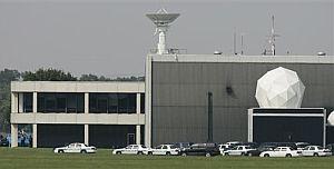 Exterior del Centro Espacial Johnson de Houston, rodeado por la policía. (Foto: AFP)
