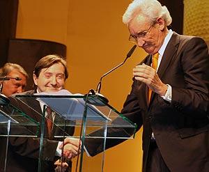 Jiménez Losantos y Luis del Olmo se dan la mano durante la entrega de premios. (Foto: César Sánchez)