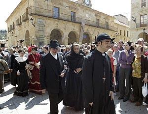Personas vestidas de época participan en las calles de Soria en la recreación. (Foto: EFE)