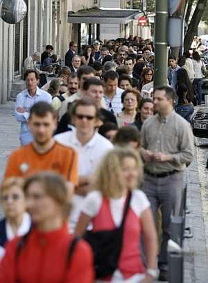 Cientos de personas se acercaron al consulado de Francia en Madrid para votar. (Foto: EFE)