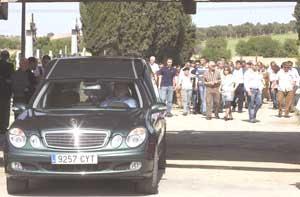 El coche fúnebre seguido de familiares y vecinos de Laura. (Foto: EFE)