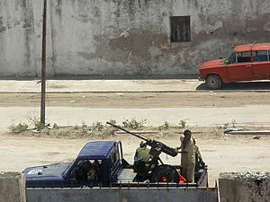 Soldados somalíes patrullan una de las calles de la capital. (Foto: EFE)