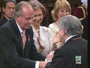 El Rey entrega el Premio Cervantes a Gamoneda. (Foto: TVE)