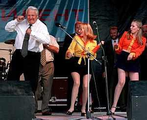 Boris Yeltsin, en un concierto en 1996. (AFP)