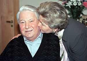 Yeltsin recibe un beso de su mujer, Naina, en el Central Clinical Hospital de Moscú, el 1 de febrero de 2001. (Foto: EFE)