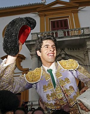 Talavante sale a hombros de la Maestranza. (Foto: EFE)