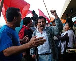 Grupos universitarios e indígenas, bloquean la puerta del Constitucional. (Foto: EFE)