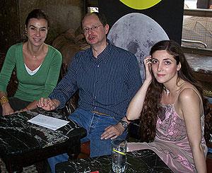 Carmen Posadas, Fernando Marías y Espido Freire en el Café Comercial. (Foto: Miguel A. Ortega).