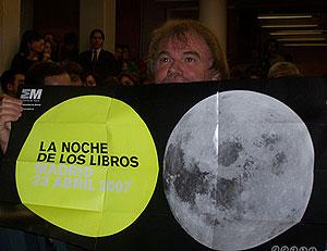 Jostein Gaarder muestra un cartel de La Noche de los Libros. (Foto: Miguel A. Ortega).