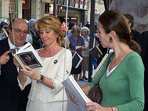 Santiago Fisas, Esperanza Aguirre y Carmen Posadas con los 'libros colgantes'. (Foto: M.A.O.).