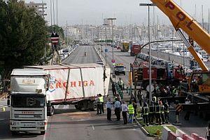 Imagen del camión atravesado en el Paseo Marítimo de Palma de Mallorca. (Foto: EFE)